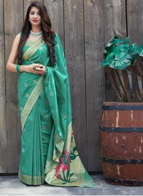 Entrancing Silk Weaving Traditional Saree