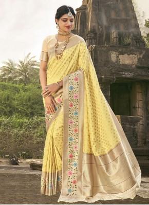 Titillating Yellow Traditional Saree